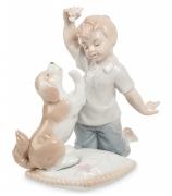 Фарфоровая статуэтка «Мальчик, играющий со щенком»