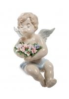 Фарфоровая статуэтка «Ангелочек с цветами» (на полку)