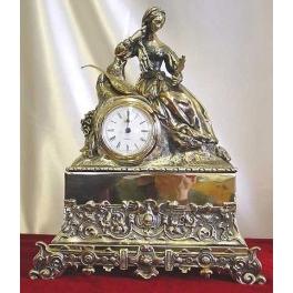 Бронзовые часы «Женщина с мандолиной»