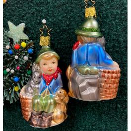 Стеклянная ёлочная игрушка «Мальчик с кроликами»