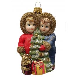 Стеклянная ёлочная игрушка «Дети с ёлочкой», размер 9х6 см