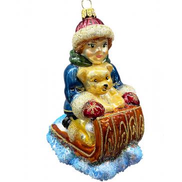 Стеклянная ёлочная игрушка ручной работы «Мальчик на санках»