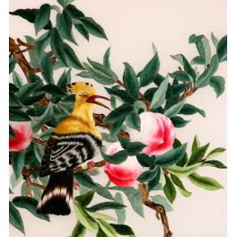 Вышитая шелком картина «Птички на персиковом дереве» в раме