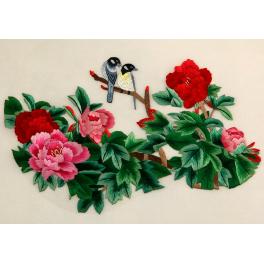 Картина с двусторонней вышивкой шелком «Свидание у пионов»