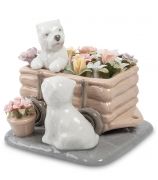 Фарфоровая статуэтка «Щенки в цветах»