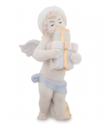 Фарфоровая статуэтка «Ангелочек с подарками»