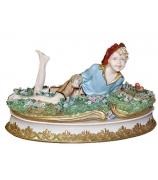 Фарфоровая статуэтка «Мальчик на цветочной лужайке»