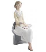 Фарфоровая статуэтка «Повторяя урок»