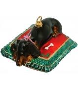 Елочная игрушка «Такса на подушке»
