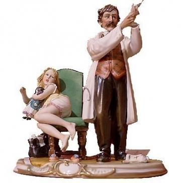 Фарфоровая статуэтка «Доктор со шприцем»