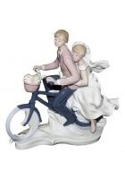Фарфоровая статуэтка «Новобрачные на велосипеде»