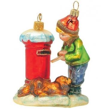 Стеклянная ёлочная игрушка «Мальчик отправляет письмо»