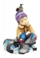 Елочная игрушка «Мальчик, надевающий коньки»