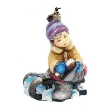 Елочная игрушка из стекла «Мальчик, надевающий коньки», ручная работа, Польша