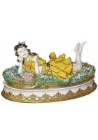 Фарфоровая статуэтка «Девочка на цветочной лужайке»