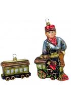 Елочная игрушка «Мальчик с паровозиком и вагончиком»
