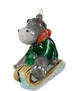 Елочная игрушка «Бегемотик на саночках»