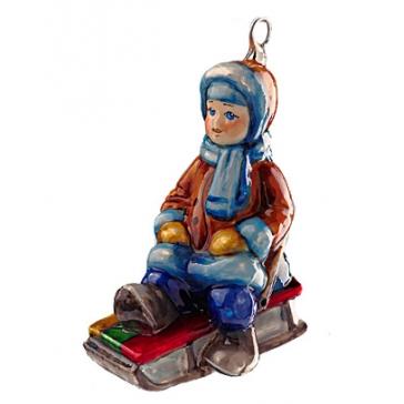 Стеклянная елочная игрушка ручной работы «Малыш на саночках», 12х8 см