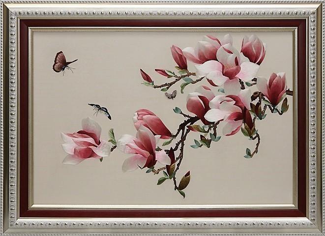 Картина вышитая шелковыми нитями на шелке «Магнолия с бабочками»